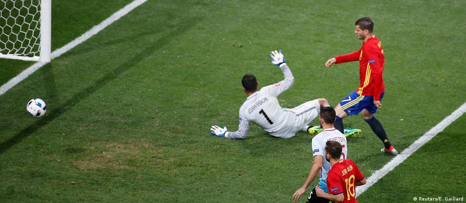 Morata marca o terceiro gol para a Espanha