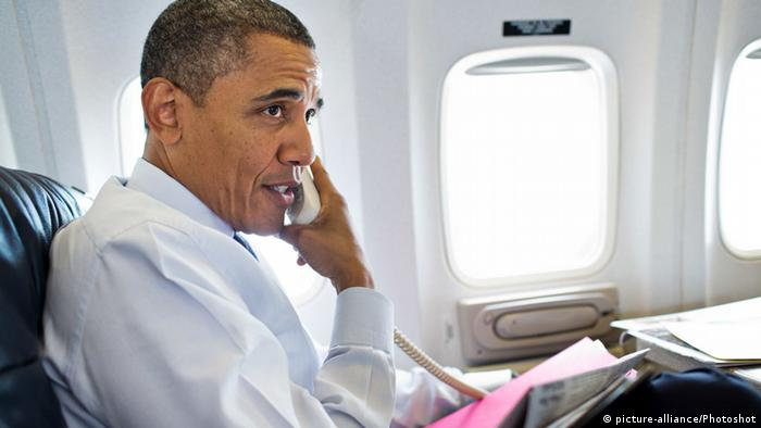 Barack Obama an Bord von Air Force One (picture-alliance/Photoshot)