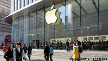 18.2.2016 *** --FILE--Pedestrians walk past the Apple Store on the Nanjing Road shopping street in Shanghai, China, 18 February 2016. A Chinese intellectual property bureau is ordering Apple Inc. to halt the sales of its iconic iPhone 6 and iPhone 6 Plus smartphones in the country, after ruling that the company infringed the patent right of a little-known local device maker. Beijing Intellectual Property Office ruled that the Cupertino, California-based Apple and its Chinese distributor Zhongfu Telecom infringed the patent of Shenzhen-based Baili, which is suing Apple for copying the exterior design of its 100C cellphone, according to a post on the bureau°Øs website in May. °_Apple's iPhone 6 and iPhone 6 Plus have minor differences from Baili°Øs 100C. The differences are so tiny that the average customer could not notice. So, this case falls into the patent rights protection category,°± the ruling said. Apple has appealed against the ruling in the Beijing Intellectual Property Court. A company spokesperson says there is no comment on ongoing litigation. A person who answered the phone at Zhongfu Telecom says she is not authorized to comment and declined to transfer the call. Copyright: picture-alliance/dpa