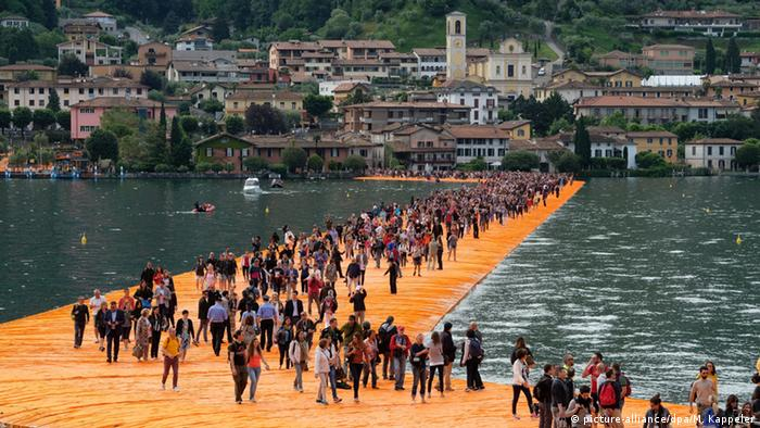Floating Piers across Lake Iseo (picture-alliance/dpa/M. Kappeler)