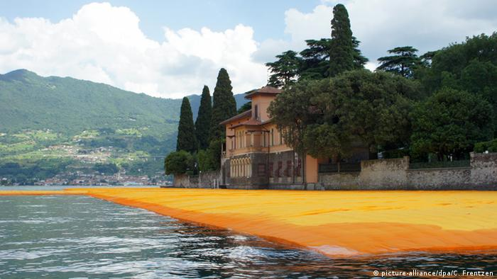 Christo The Floating Piers auf dem Lago d'Iseo (picture-alliance/dpa/C. Frentzen)