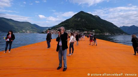През юни 2016 над 1,2 милиона души имаха възможността да ходят по вода - в Северна Италия. Плаващи кейове бе първият голям проект на Кристо след смъртта на неговата съпруга през 2009 година. Трикилометровата плаваща пътека по езерото Исео свързваше градчето Сулцано с два близки острова.