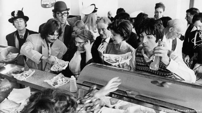 Filmstill of fans from 'Magical Mystery Tour' (Copyright: picture-alliance/Keystone)