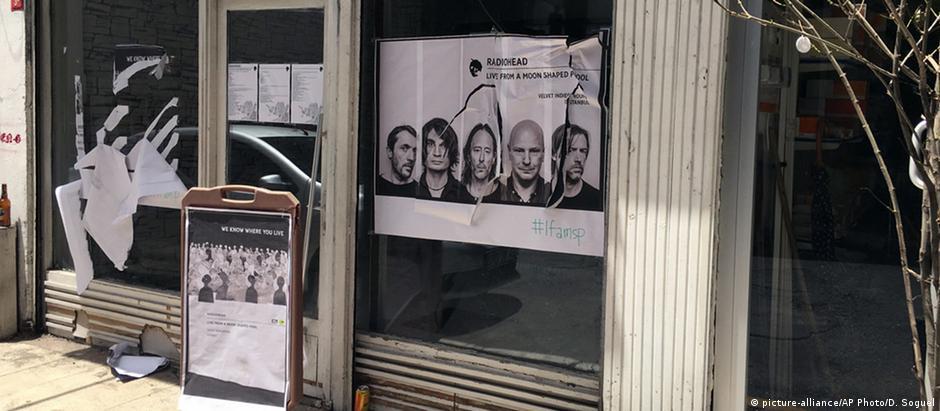 Pôsteres sobre o evento de lançamento do disco do Radiohead foram rasgados diante da loja em Istambul