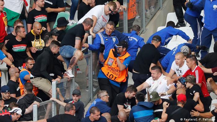 Венгерские фанаты атакуют сектор с болельщиками из Исландии накануне матча в Марселе.