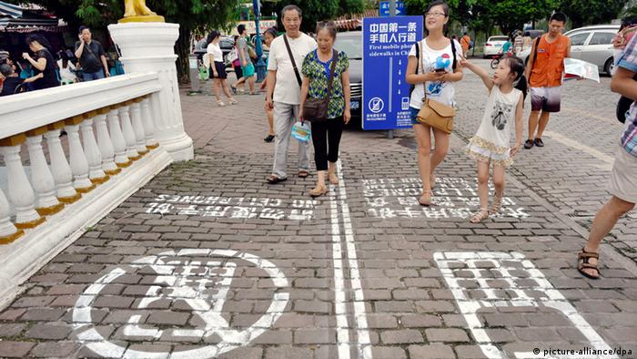 Pedestrian lanes in China designated for phone users and no phones (picture-alliance/dpa)