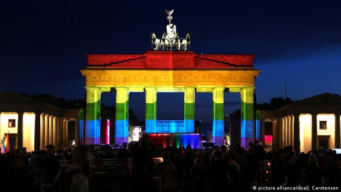 Солидарность Каждую осень в Берлине проходит фестиваль света Festival of Lights, в программу которого включены Бранденбургские ворота. Они также становятся местом выражения солидарности после терактов и других чрезвычайных происшествий. Эта фотография была сделана в июне 2016 года после нападения на гей-клуб в американском городе Орландо.