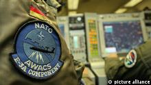 AWACS und NATO Symbole (picture alliance)