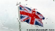 Union flag seen through rain drops on window (picture-alliance/dpa/W. Kumm)
