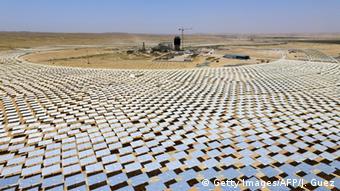 Солнечные батареи в пустыне Негев в Израиле