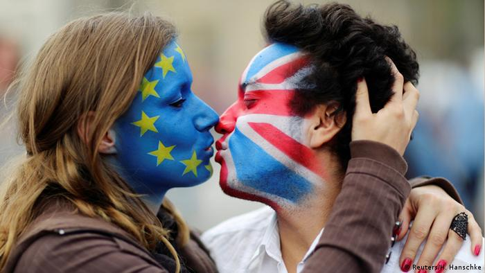 Berlin Anti-Brexit Aktion A Kiss for Europe - Ein Kuss gegen Hass
