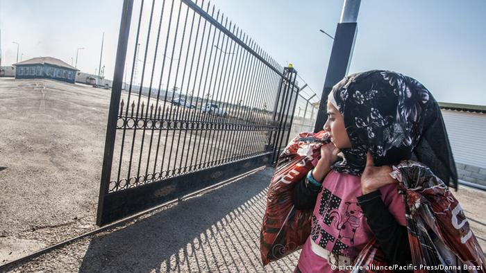 Türkei Kilis Frau an syrisch-türkischer Grenze