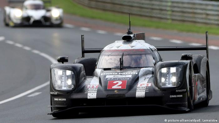Porsche Team N¡2 in a Porsche 919 Hybrid races during the Le Mans 24-hour race in 2016