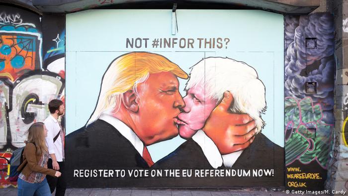 Großbritannien Bristol Brexit Grafitto Kuss Trump und Johnson