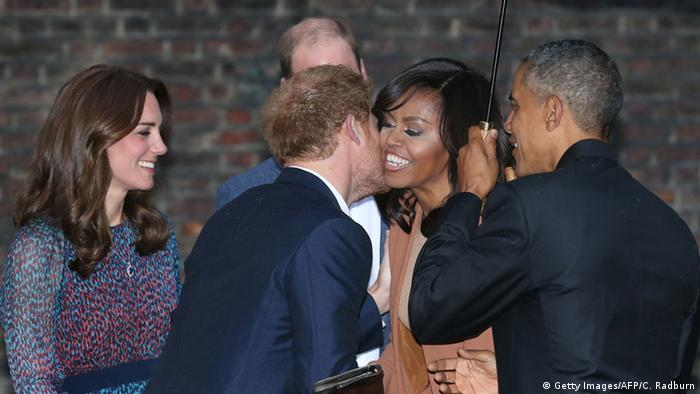 Großbritannien London Prinz Harry küsst Michel Obama (Getty Images/AFP/C. Radburn)