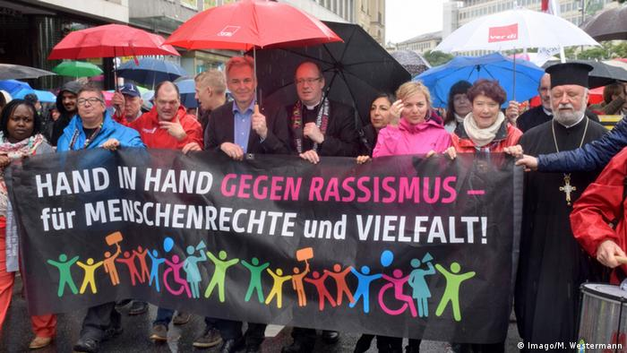 München Menschenkette Hand in Hand gegen Rassismus (Imago/M. Westermann)