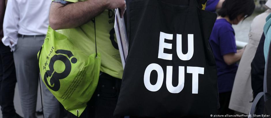 """""""UE fora"""": mensagem de protesto em Londres contra a permanência britânica no bloco"""