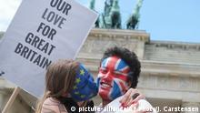19.6.2016 *** A young couple with faces paint in European, left, and British colors, pose with a sign Our Love For Great Britain during a Kiss Marathon event at Brandenburg Gate in Berlin, Germany, Sunday June 19, 2016 to support the ' Remain' voters in Britain's referendum. The campaign in the referendum over Britain's future in the European Union is about to resume full throttle after being on hold due to the killing of a popular lawmaker. British voters head to the polls on Thursday to decide if the country should stay in the European Union or leave it. | Copyright: picture-alliance/AP Photo/J. Carstensen