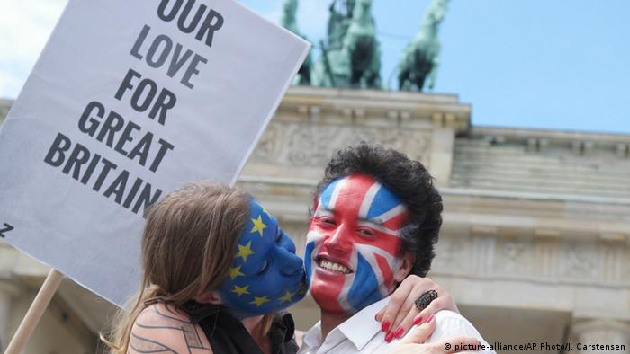 Berlin Brexit Gegner Aktion A Kiss for Europe