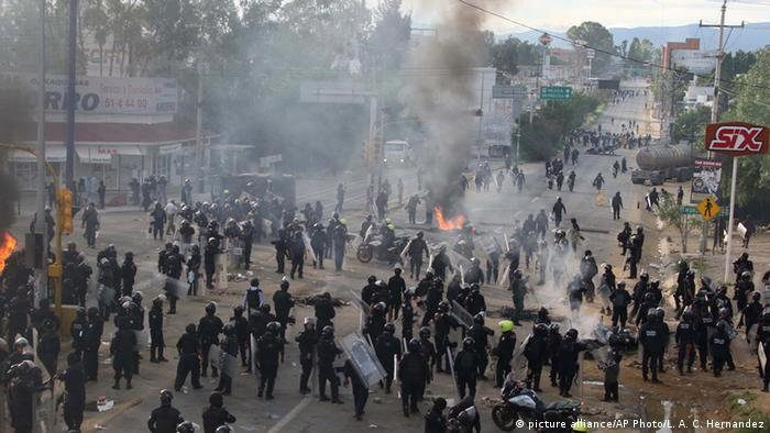 Riot police gather and regroup as they battle all day with protesting teachers who were blocking a federal highway in the state of Oaxaca Copyright: picture alliance/AP Photo/L. A. C. Hernandez