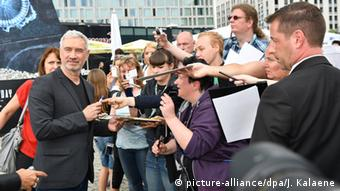 Director Roland Emmerich signing autographs © picture-alliance/dpa/J. Kalaene