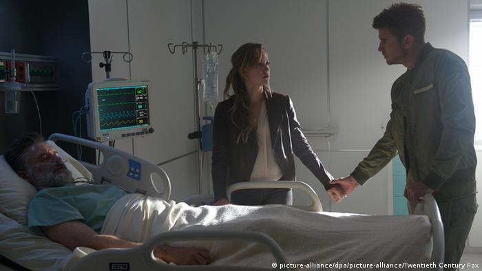 Film still shows couple at hospital bedside © picture-alliance/dpa/picture-alliance/Twentieth Century Fox
