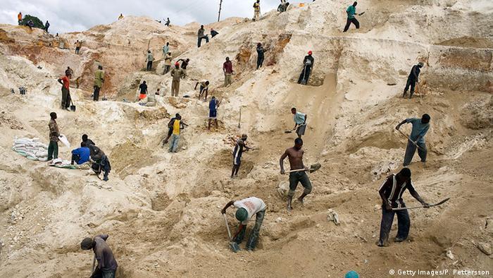 Parmi les quelque 4 000 mineurs artisanaux, certains creusent pour trouver du cuivre.