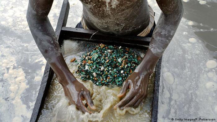 Un jeune homme cherche du cuivre dans une fosse