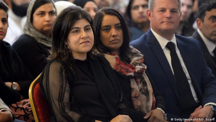 UK Sayeeda Warsi beim Indian Muslim Welfare Society's Al-Hikmah Centre in Batley (Getty Images/AFP/O. Scarff)