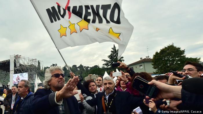 Comediante, blogueiro e político italiano Beppe Grillo (esq.) é líder do Movimento Cinco Estrelas