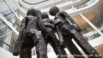 Sculpture depicting three sisters by Georg Baselitz, (c) picture-alliance/dpa/M. Balk