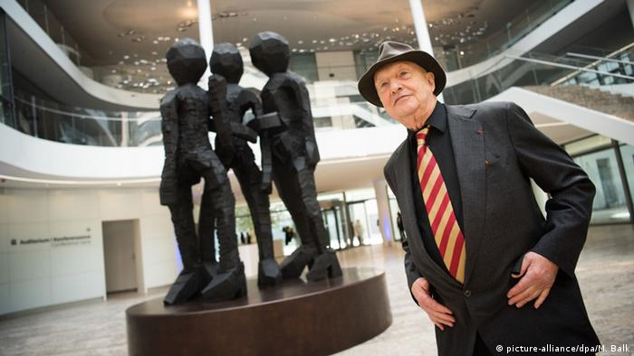 Artist Georg Baselity stands next to his sculpture, Copyright: picture-alliance/dpa/M. Balk