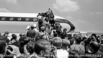 Beatles getting out of an airplane, Copyright: Rockmuseum München, Copyright: Rainer Schwanke/Archiv Herbert Hauke