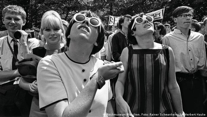 Beatles-Fans warten darauf, dass die Beatles am Hotelfenster erscheinen (Foto: Rockmuseum München, Foto: Rainer Schwanke/Archiv Herbert Hauke)