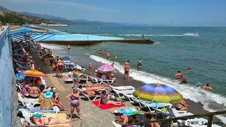 У сезон в Криму працюють всі пляжі, Росія дозволила ввозити сюди продукти з України. Жителі, зайняті в інфраструктурі обслуговування, сподіваються, що життя увійде в звичне русло. Але потік туристів за три роки скоротився майже на третину. Залізничне сполучення перервано, а літати на відпочинок без особливого комфорту - дорого. Через санкції ЄС в порти Криму не заходять круїзні пароплави з іноземцями.
