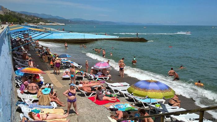 Am Strand von Aluschta auf der Krim im Jahr 2016.