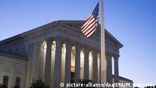 14.02.2016 epa05160044 At dawn, the US national flag flies at half-staff at the Supreme Court, to observe the death of Justice Antonin Scalia, in Washington, DC, USA, 14 February 2016. US Supreme Court Justice Antonin Scalia was found dead at a resort ranch in Texas, 13 February, at age 79. EPA/MICHAEL REYNOLDS Copyright: picture-alliance/dpa/EPA/M. Reynolds