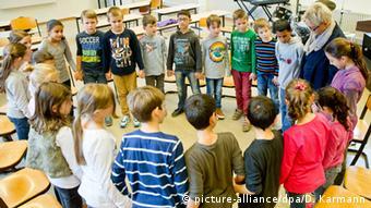 Deutschland Musikstunde mit Flüchtlingskindern und deutschen Kindern in einer Schule in Margetshöchheim