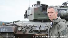 Polen Nato-Generalsekretär Jens Stoltenberg auf einem Truppenübungsplatz bei Sagan