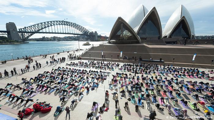 Australien Sydney Menschen machen Yoga (Getty Images/AFP/W. Teodoro)