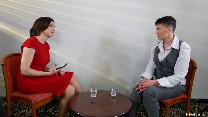 Надія Савченко (праворуч) та Жанна Нємцова під час розмови