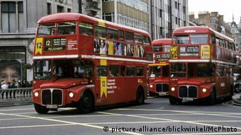 Großbritannien Doppeldecker-Busse in London (picture-alliance/blickwinkel/McPhoto)
