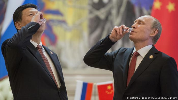 China Xi Jinping & Wladimir Putin in Shanghai (picture-alliance/RIA Novosti/S. Guneev)