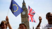 Participants hold a British Union flag and an EU flag during a pro-EU referendum event at Parliament Square in London, Britain June 19, 2016. +++ (C) Reuters/N. Hall