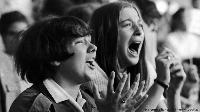 Konzert der Beatles in Hamburg 1966 - Fans weinen (Foto: dpa)