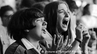 Deutschland Konzert der Beatles in Hamburg 1964 -zwei schreiende weibliche Fans