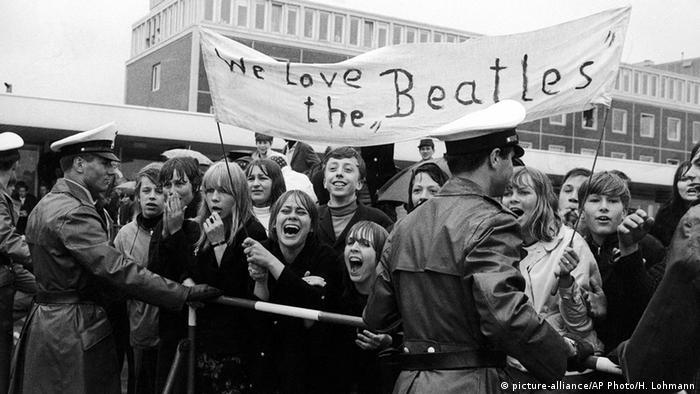 Fans verabschieden mit einem Spruch-Banner die Beatles am Flughafen (Foto: dpa)