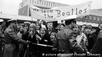 Fans bei der Ankunft der Beatles in Hamburg 1966 - Fans