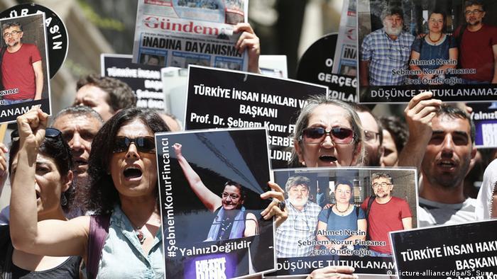 Türkei Istanbul Demonstranten protestieren gegen Verhaftung von Reportern ohne Grenzen