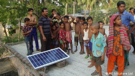 لوح شمسي على سطح أحد البيوت في بنغلاديش